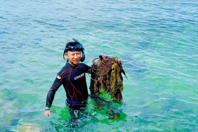 Anh Lê Chiến trong một lần lặn cắt lưới ma dưới rạn san hô. Ảnh: Sasa.