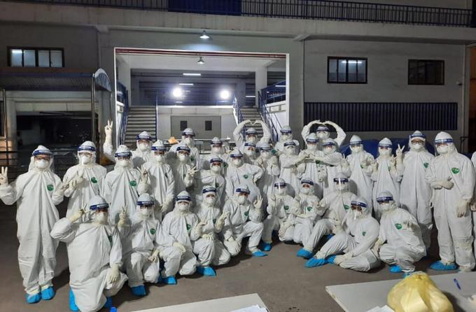 Nhóm sinh viên sau buổi lấy mẫu xét nghiệm kéo dài cả ngày ở Kinh Môn. Ảnh: Khoa Xét nghiệm - Trường Đại học Kỹ thuật Y tế Hải Dương.