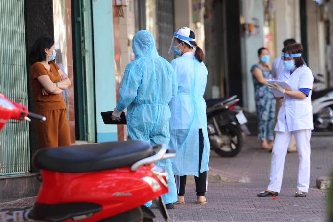 Cán bộ y tế Gia Lai lấy mẫu xét nghiệm trong khu vực phong tỏa, hôm 3/2. Ảnh: Trần Hóa.