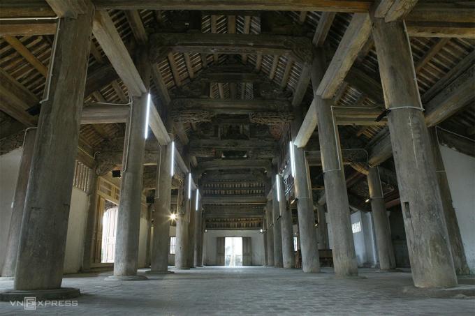 32 chân cột ở đại đình. Ảnh: Nguyễn Hải