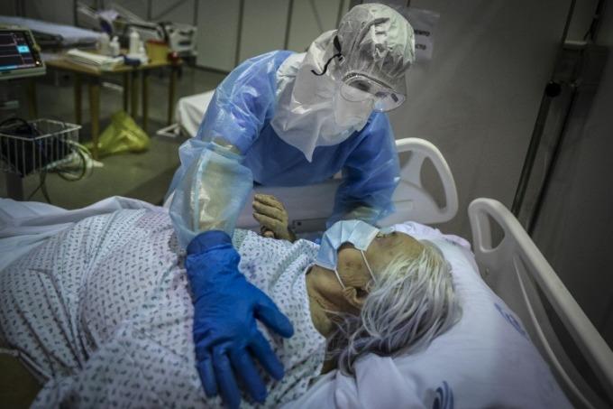 Nhân viên y tế chăm sóc bệnh nhân ở Bồ Đào Nha ngày 9/2. Ảnh: AFP.