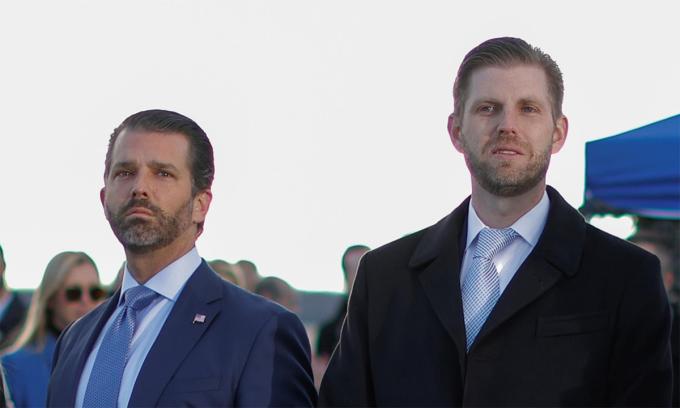 Donald Trump Jr. (trái) và Eric Trump (phải) tại căn cứ không quân Andrews, ngày 20/1. Ảnh: Reuters.