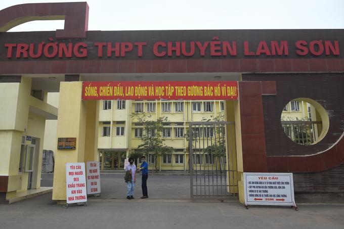 Các bảng hiệu yêu cầu thực hiện biện pháp phòng chống Covid-19 trước cổng trường THPT chuyên Lam Sơn (Thanh Hoá). Ảnh: Lê Hoàng.