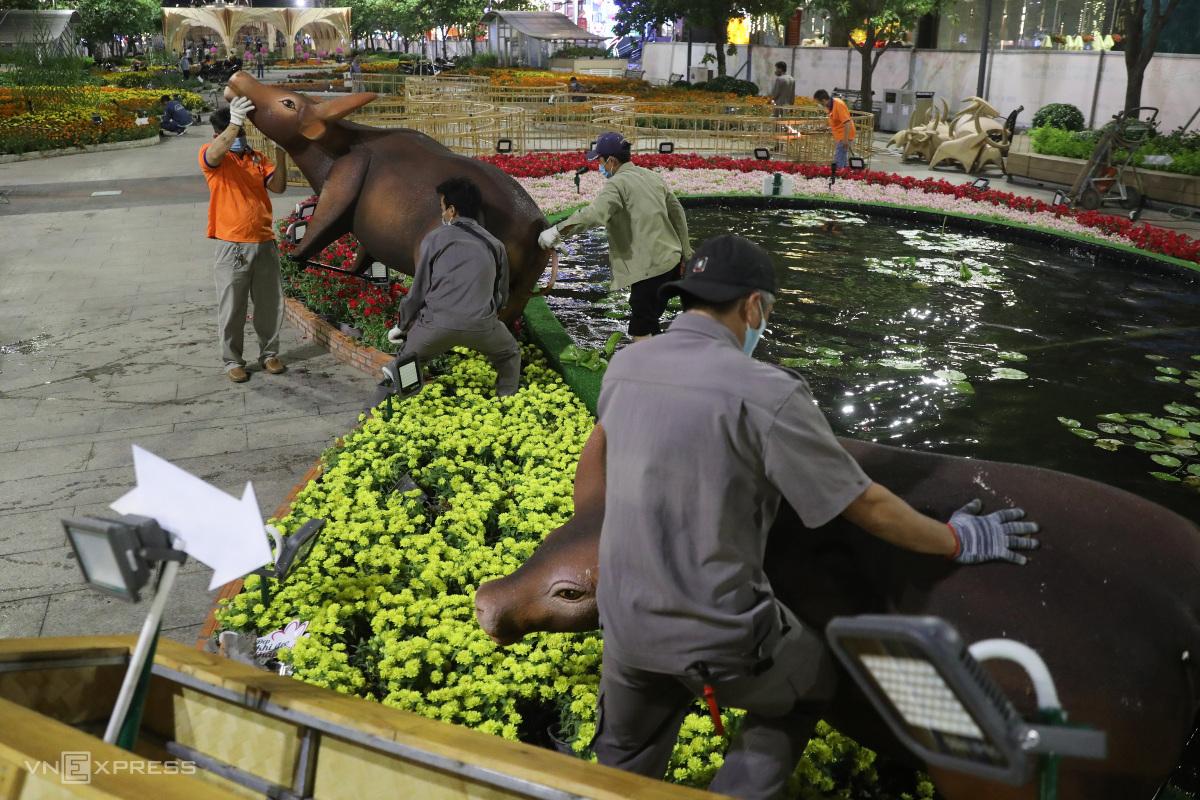 Dọn dẹp đường hoa Nguyễn Huệ