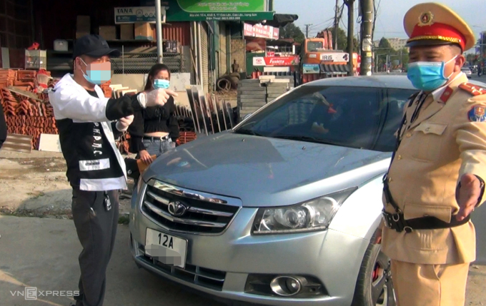 Nam tài xế ôtô khi bị cảnh sát yêu cầu đo nồng độ cồn chiều 15/2 đã từ chối và quay video phát lên mạng. Ảnh: Minh Hải