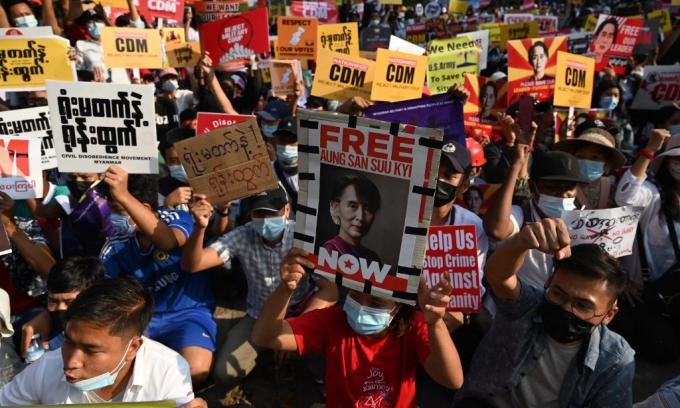 Đám đông biểu tình cầm biểu ngữ kêu gọi thả Aung San Suu Kyi tại Yangon, Myanmar, hôm 16/2. Ảnh: AFP.
