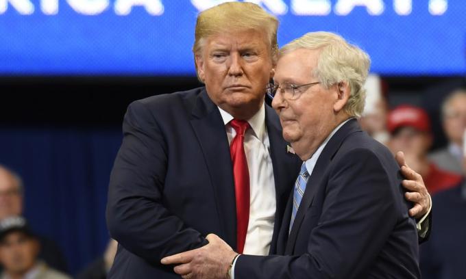 Cựu tổng thống Mỹ Donald Trump (trái) và lãnh đạo phe Cộng hòa tại Thượng viện Mitch McConnell trong một cuộc vận động tại thành phố Lexington, bang Kentucky, hồi tháng 11/2019. Ảnh: AP.