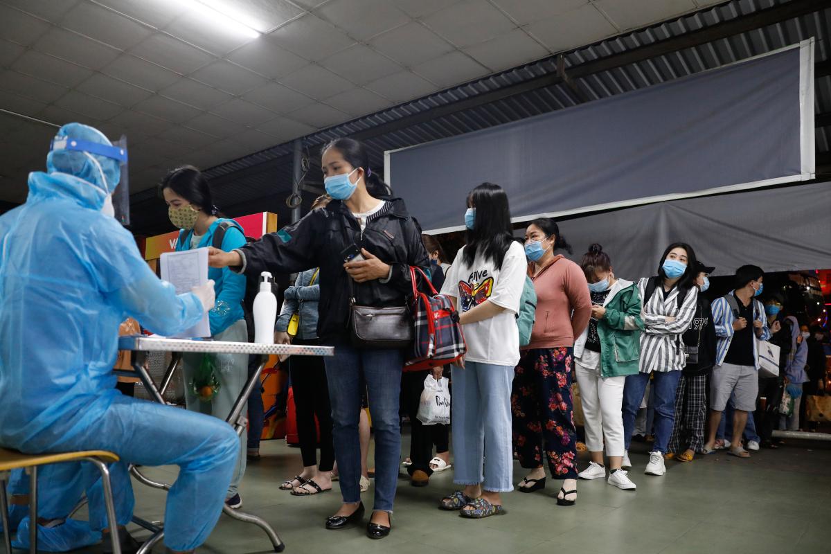 Hành khách về TP HCM xếp hàng chờ lấy mẫu xét nghiệm