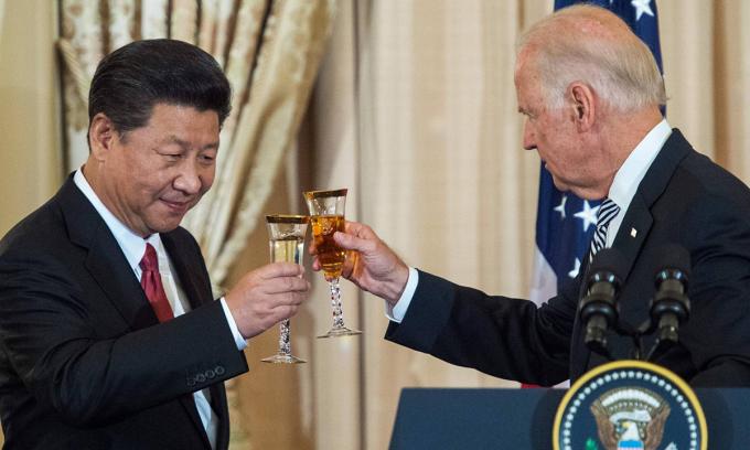 Chủ tịch Tập Cận Bình (trái) và Joe Biden, khi còn là phó tổng thống, tại Washington năm 2015. Ảnh: AFP.