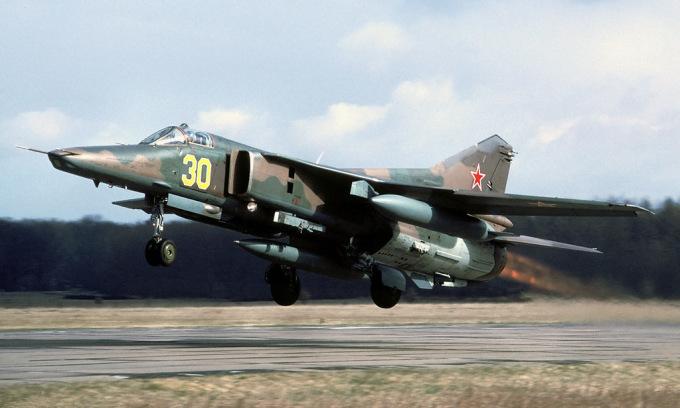 Tiêm kích bom MiG-27 xuất phát từ căn cứ Rechlin-Larz, Đức, về Nga năm 1993. Ảnh: Rob Schleiffert.