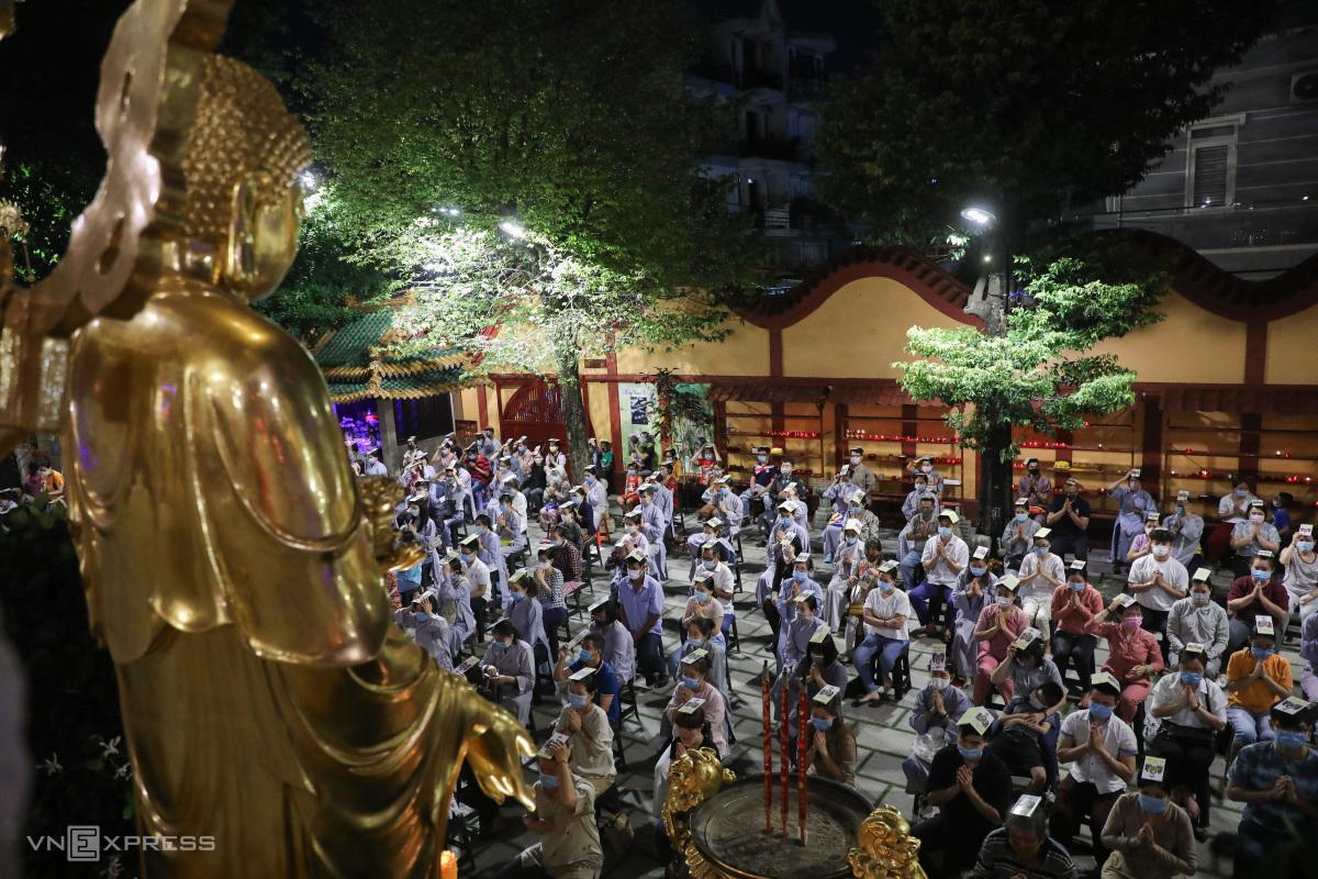 Người Sài Gòn lên chùa làm lễ cầu an dịp đầu năm