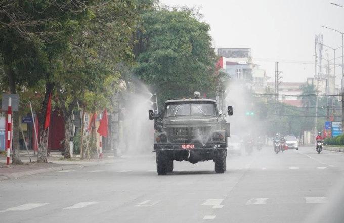 Bộ đội phòng hóa của Quân khu 3 phun khử trùng đường phố TP Hải Dương ngày 18/2. Ảnh: Thành Đông ngày mới