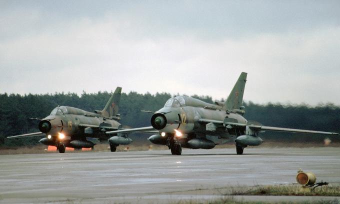 Biên đội Su-17M4 mang thùng dầu phụ để trở về Nga năm 1994. Ảnh: Rob Schleiffert.