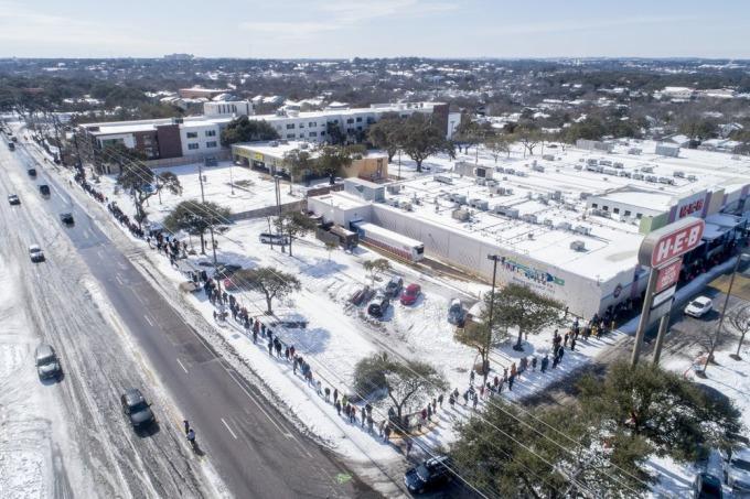 Tuyết trắng bao phủ thành phố Austin, bang Texas, khi người dân xếp hàng dài chờ mua tạp hóa tại một siêu thị hôm 16/2. Ảnh: AP.