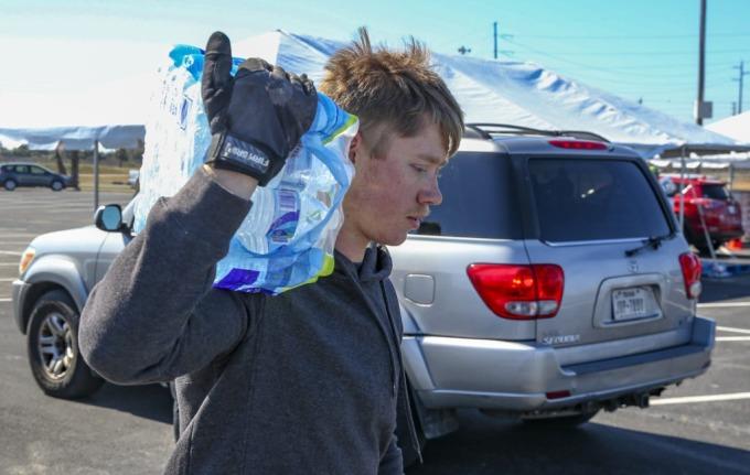 Tình nguyện viên phát nước ở Galveston, Texas ngày 19/2. Ảnh: AFP.