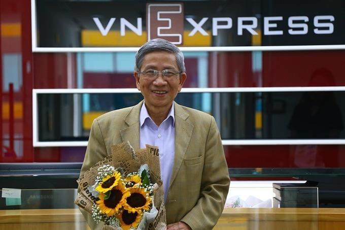 Giáo sư Nguyễn Minh Thuyết tham gia trả lời trực tuyến tại tòa soạn Báo VnExpress, tháng 10/2020. Ảnh: Phạm Dự
