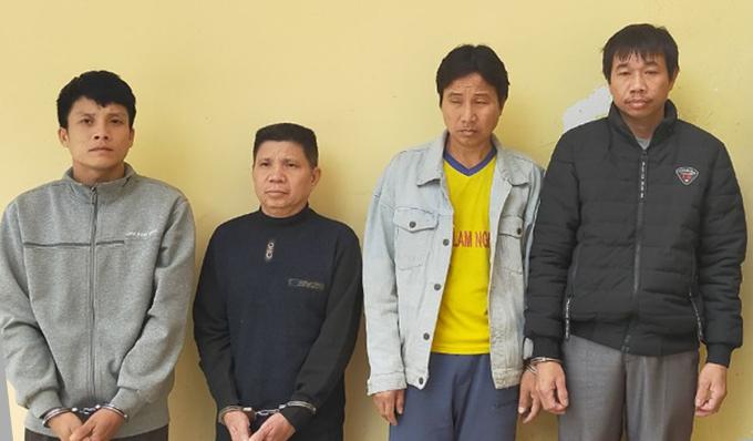 Lê Khắc Thành (thứ hai bên trái) và các thành viên trong băng trộm trâu. Ảnh: Lam Sơn.