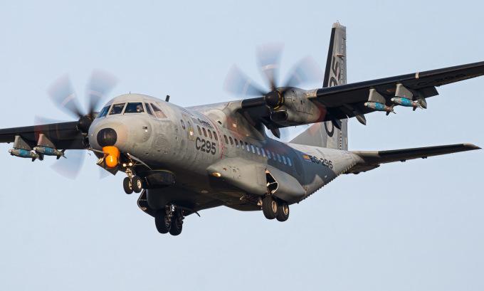 Chiếc C-295 với 4 quả bom dẫn đường dưới cánh. Ảnh: Santi Blanquez.