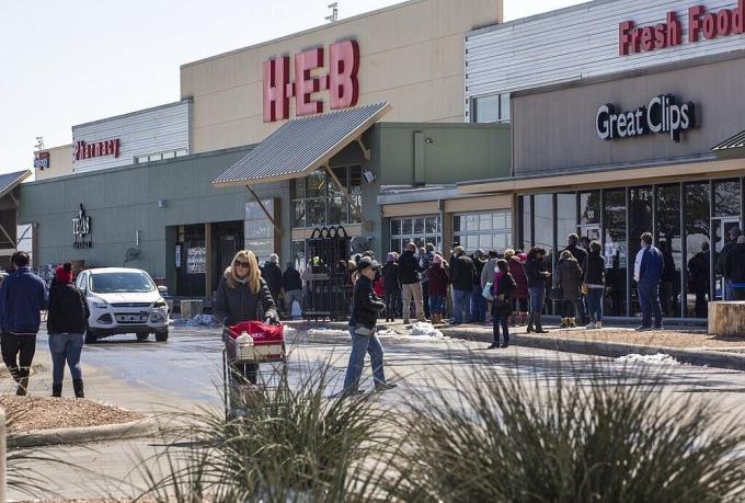 Khách hàng xếp hàng chờ tại H-E-B ở New Braunfels, Texas ngày 19/2. Ảnh: AP.