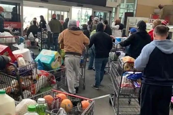 Khách hàng trong cửa hàng tạp hóa H-E-B ở Leander, Texas ngày 16/2. Ảnh: Facebook/Tim Hennessy.