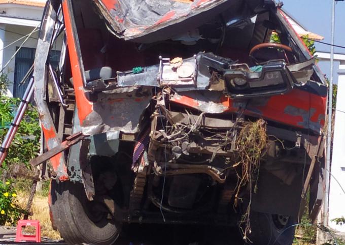 Ôtô chở công nhân tông trụ điện, một người chết