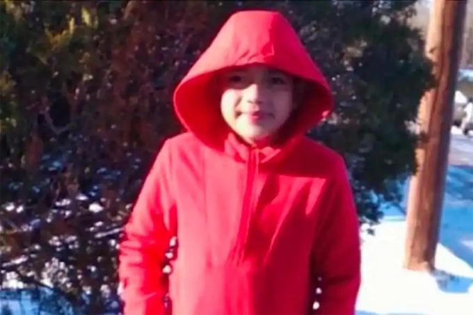 Cristian Pavon Pineda, 11 tuổi, trong lần đầu tiên chơi đùa trên tuyết hôm 15/2. Ảnh: GoFundMe