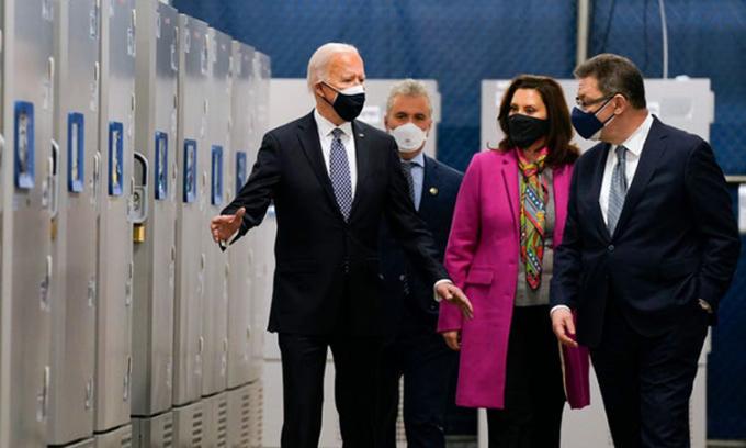 Tổng thống Joe Biden (trái) thăm nhà máy sản xuất vaccine của Pfizer ở Portage, bang Michigan hôm 19/2. Ảnh: AP.