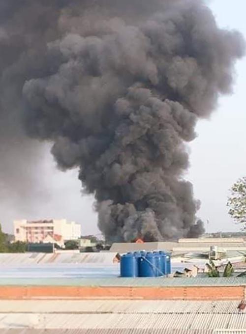 Cột khói bốc cao hàng trăm mét. Ảnh: Yên Khánh