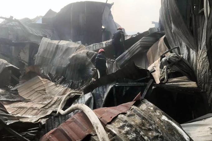 Cảnh sát chữa cháy dập tắt ngọn lửa. Ảnh: Yên Khánh