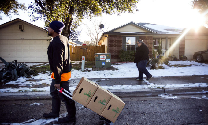 Gloria Vera-Bedolla (phải) và chồng Roberto Bedolla chuyển những hộp cứu trợ thiên tai cho hàng xóm tại khu dân cư Forest Bluff, Texas, tuần trước. Ảnh: Vox.