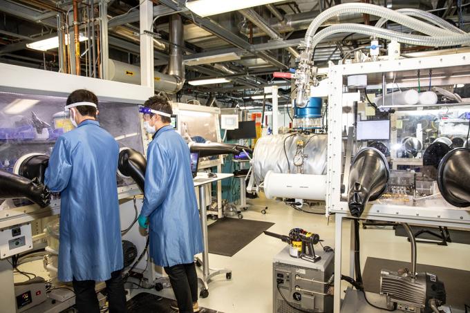 [ảnh 3] Cell pin bằng kim loại lithium ở thể rắn dùng cho xe điện của QuantumScape. Ảnh: The New York Times.
