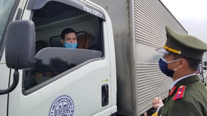 Lực lượng chức năng TP Hải Phòng kiểm soát người, phương tiện tại chốt kiểm dịch trên cao tốc Hà Nội - Hải Phòng, ngày 22/2 Ảnh: Giang Chinh
