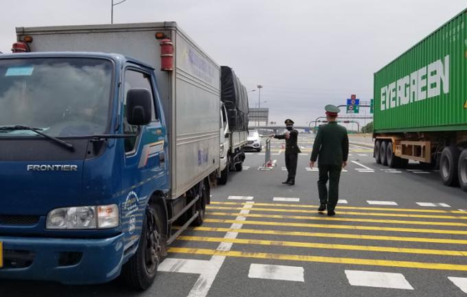 Nhiều xe tải biển số tỉnh Hải Dương lưu thông trên cao tốc Hà Nội - Hải Phòng bị yêu cầu quay đầu, đi hướng khác, ngày 22/2. Ảnh: Giang Chinh