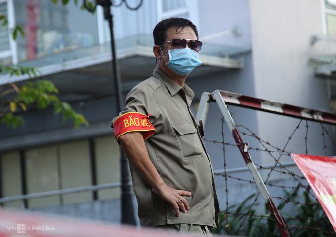 Chung cư Calliron, quận Tân Bình bị phong tỏa trưa 9/2. Ảnh: Đình Văn.