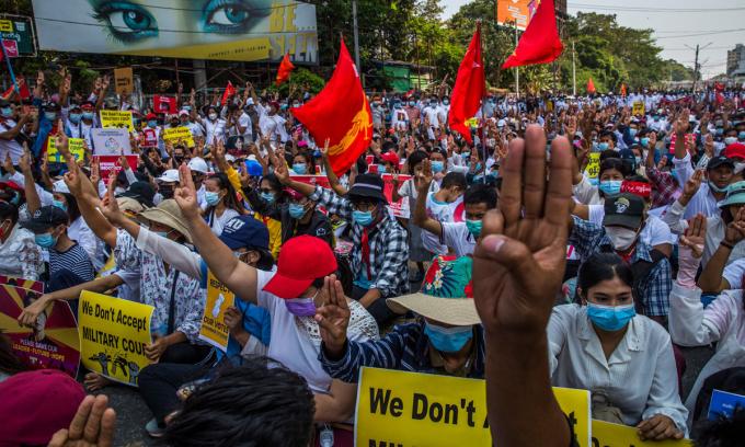 Biểu tình phản đối đảo chính ở  Yangon, thành phố lớn nhất Myanmar, hôm 22/2. Ảnh: NYTimes.
