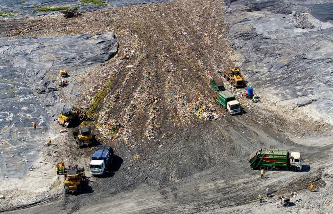 Xử lý rác tại khu liên hợp chất thải Đa Phước, huyện Bình Chánh, TP HCM. Ảnh: Quỳnh Trần.