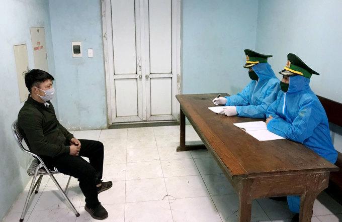 Yên (góc trái) làm việc với nhà chức trách. Ảnh: Đức Hùng