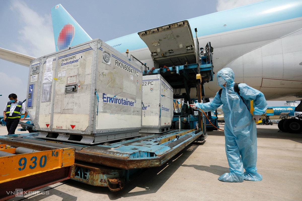 Vaccine Covid-19 đến sân bay Tân Sơn Nhất