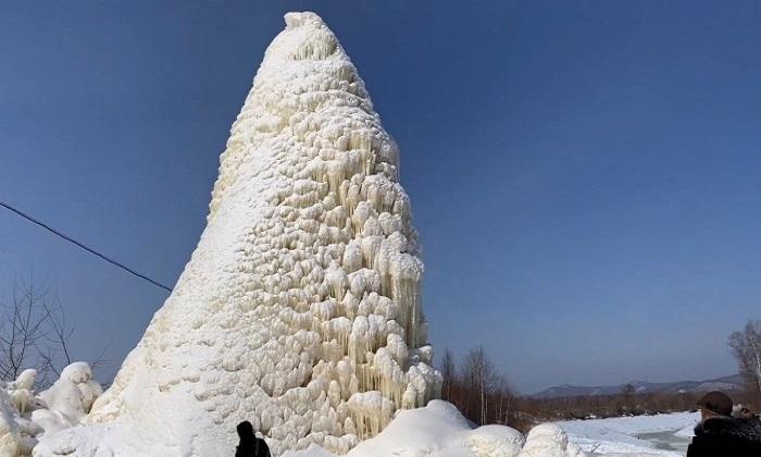 Tháp băng cao 10 m mọc từ miệng giếng