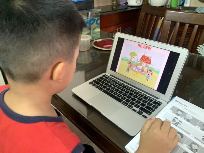 Học sinh tiểu học tại TP Thủ Đức, TP HCM học online tại nhà, ngày 19/2. Ảnh: Lê Nam.