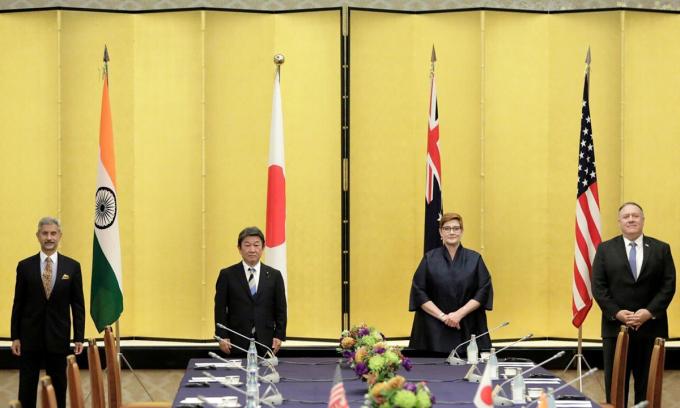 Mike Pompeo (phải), khi còn là ngoại trưởng Mỹ, gặp 3 ngoại trưởng Ấn Độ, Nhật Bản và Australia trước thềm cuộc họp nhóm Bộ Tứ ở Tokyo tháng 10/2020. Ảnh: Reuters.