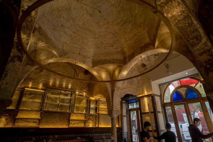 Nhà tắm cổ xưa lộ ra khi các công nhân sửa chữa quán bar ở Seville. Ảnh: Paco Puentes/El Pais.