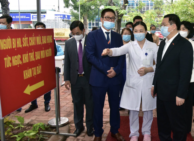 Ông Vương Đình Huệ kiểm tra công tác phòng, chống dịch Covid 19 tại Bệnh viện Thanh Nhàn sáng 25/2. Ảnh: Viết Thành.