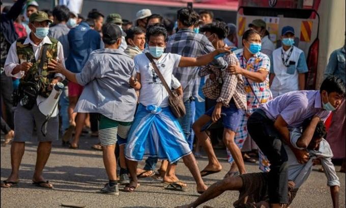 Một người ủng hộ quân đội chĩa vật nhọn khi đối đầu người biểu tình phản đối đảo chính tại Yangon, Myanmar, hôm nay. Ảnh: Reuters.
