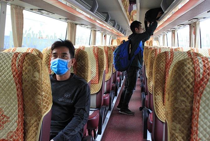Một xe khách đi Hải Phòng ở bến xe Nước Ngầm chỉ có hai khách. Ảnh: Anh Duy.