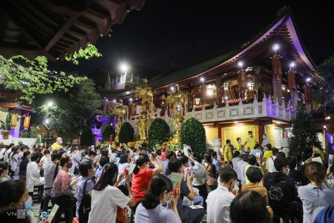 Tối 19/2 nhiều người đã đến chùa Viên Giác tham gia lễ Kỳ An Hội trong dịp đầu năm.Quỳnh Trần.
