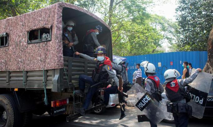 Cảnh sát chống bạo động làm nhiệm vụ trong cuộc biểu tình phản đối đảo chính ở Yangon, Myanmar, hôm nay. Ảnh: Reuters.