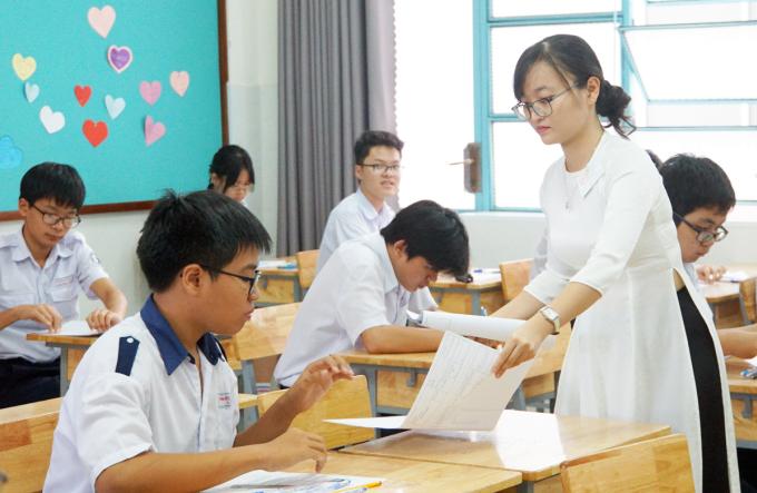Thí sinhdự thi tuyển sinh lớp 10 làm thủ tục ở trường THPT Lương Thế Vinh, TP HCM tháng 7/2020. Ảnh: Mạnh Tùng.