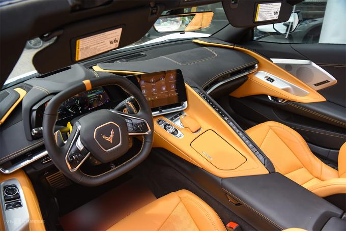 Giữa ghế lái và ghế phụ phía trước của Corvette C8 2020 là một vách ngăn. Ảnh: MInh Quân