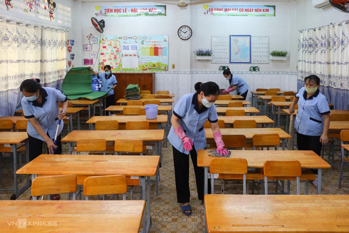 Dọn dẹp trường lớp đón học sinh trở lại